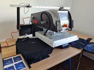 Neue Patch-Maschine zur Veredelung von Arbeitskleidung